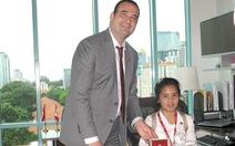 Nữ sinh trung học 'ngồi' ghế tổng lãnh sự Canada
