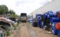 Hàng trăm vỏ thùng phi đựng hóa chất giữa khu dân cư