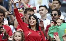 Ronaldo thăng hoa trên sân, bạn gái ủng hộ nhiệt tình trên khán đài