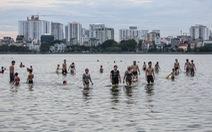 Hà Nội nắng nóng, 'bãi tắm' hồ Tây đông đúc người tắm giải nhiệt