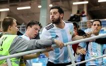 Fan Argentina nhổ nước bọt, đánh hội đồng fan Croatia để trút giận