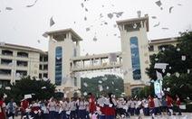 Học sinh Trung Quốc xé sách tung trắng xóa như tuyết ngay trước kỳ thi đại học