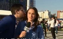 Clip nữ phóng viên xinh đẹp lại bị sàm sỡ khi đưa tin về World Cup