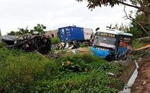 Xe khách đấu đầu xe con, 2 người chết, 10 người bị thương