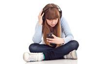 Trẻ em nghe nhạc qua tai nghe dễ bị mất thính lực