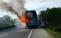 Xe khách đang chạy thì bốc cháy, hành khách tháo chạy