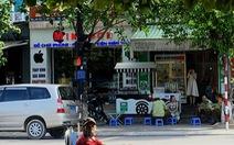 Xe biển xanh đậu ngay đèn đỏ chờ cán bộ ngồi quán vỉa hè
