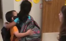 Cô giáo cho học sinh ôm, bắt tay nhau mỗi sáng gây sốt
