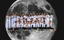 Bộ kỷ yếu của học sinh Cần Thơ: lên cả... cung trăng