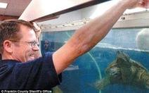 Thầy giáo đối mặt án tù vì cho rùa ăn sống chó con trước lớp