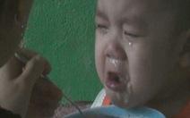Vừa ăn xong lại... ăn, trẻ mầm non chui vào nhà vệ sinh trốn
