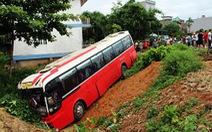 Xe chở khách Trung Quốc lao xuống hố bên đường