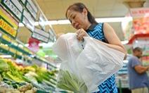 Phát túi nilông tràn lan, khách hàng đòi hay siêu thị dễ dãi?
