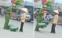 Anh lính cứu hỏa tập sự gánh rau giúp hai cụ già