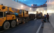Xe container lật trong hầm chui Mỹ Thủy