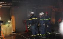 Khu tập thể cháy trong đêm, cảnh sát cắt 'chuồng cọp' cứu dân