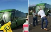 Video fan ném trứng thối vào xe chở tuyển Brazil là giả