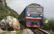 Đá cả trăm tấn rơi từ núi, đường sắt Bắc - Nam ở Quảng Bình hỏng nặng
