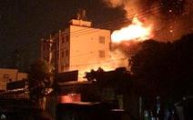 Kho chứa vải ở quận Tân Bình cháy ngùn ngụt lúc rạng sáng