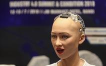 Cận cảnh robot Sophia mặc áo dài trò chuyện ở Việt Nam