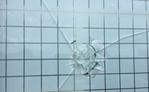 Nhà dân bị bắn thủng kính, công an nói trẻ nghịch đạn culi