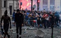 Cổ động viên Pháp từ ăn mừng biến thành bạo động