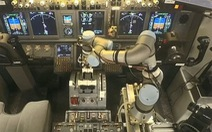 Video robot tham gia lái máy bay cùng phi công