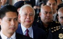 Hình ảnh cựu thủ tướng Malaysia trong ngày đầu ra tòa