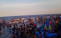 Nắng nóng, du khách đổ về các bãi biển Thanh Hóa