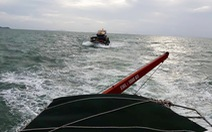 Cứu 14 ngư dân trên con tàu bị sóng biển đánh tràn nước