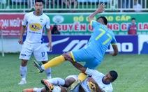 Hàng thủ Hoàng Anh Gia Lai tặng 3 điểm cho Sanna Khánh Hòa