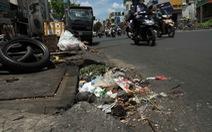 Phạt lao động công ích mới sức răn đe thói vứt rác vào miệng cống?