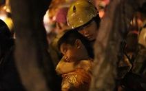 Người Sài Gòn ngủ gật giữa dòng xe kẹt cứng 1h sáng 1-1