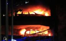 Bãi xe hơi cháy rụi đêm giao thừa, 1.400 chiếc thành tro