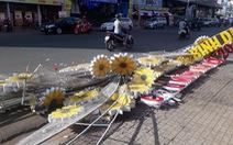 Đèn hoa chào năm mới nặng cả tấn sập xuống đường