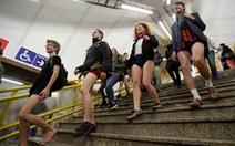 Nam thanh nữ tú diện quần lót đi tàu điện cho vui