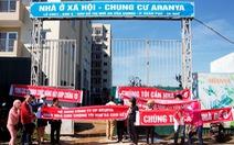 Chủ đầu tư chậm giao nhà, người dân vây công trường phản đối