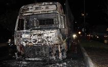 Cabin xe đầu kéo cháy trơ khung, hai người trong xe tháo chạy