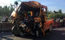 Xe cứu hộ húc đuôi container trên cầu Phú Mỹ, 3 người chết