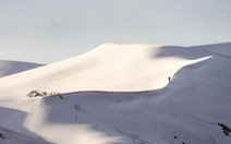 Cảnh tượng thiên nhiên hiếm có: Tuyết phủ kín sa mạc đỏ Sahara