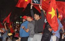 Biển người trên đường phố Hà Nội mừng chiến thắng U23 Việt Nam