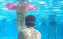 Chuyện ở hồ bơi và nỗi buồn người mẹ có đứa con tăng động