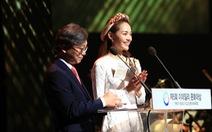 Minh Hằng trao giải Edaily Culture Awards ở Hàn Quốc
