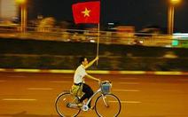Nam sinh Sài Gòn ung dung đạp xe với lá cờ người lạ tặng