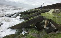 Bờ kè kiên cố ở biển Cửa Đại lại bị sóng đánh sập