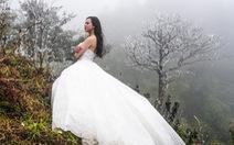 Cô dâu lưng trần chụp ảnh cưới dưới trời băng giá