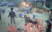Video nhóm thanh niên mang hung khí phá tan quán nhậu