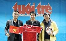 Cổ động viên bán áo đấu tuyển Việt Nam tặng quà bệnh nhi ung thư