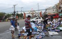 Xe chở bia đổ ra đường, dân xúm vào nhặt giúp tài xế