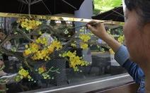Hoa mai, hoa đào lên kính cửa hàng, công ty đón Tết